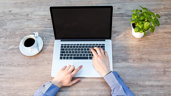 Word financieel onafhankelijk | laptop op tafel