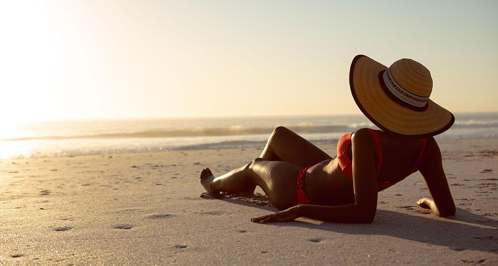 Financiele vrijheid liggen op het strand