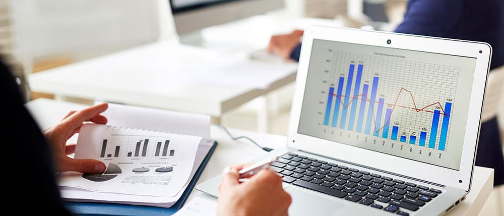 Grafiek op laptop aandelen kopen